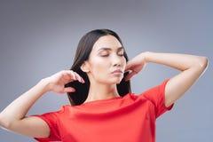Spokojny kobiety czuć dobry po odwiedzać jej fryzjera Obraz Stock