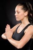 Spokojny kobiety spełniania joga z oczami zamykającymi obrazy stock