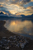 Spokojny kolorowy wschód słońca nad spokojnym morzem lub jeziorem Zdjęcia Stock