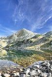 Spokojny krajobraz Halny szczyt i jezioro w Karpackim Mountai Fotografia Royalty Free