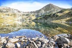 Spokojny krajobraz Halny szczyt i jezioro w Karpackim Mountai Zdjęcie Royalty Free