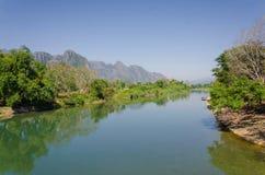 Spokojny krajobraz Nam Pieśniową rzeką przy Vang Vieng, Laos Zdjęcia Stock