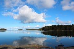 Spokojny krajobraz z niebieskim niebem zdjęcia royalty free