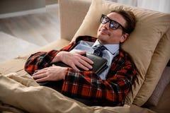 Spokojny mężczyzna ma odpoczynek w sypialni Obraz Stock
