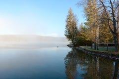 Spokojny Mglisty jezioro w ranku Zdjęcie Stock