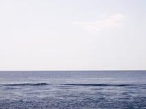 Spokojny morze po środku dnia Zdjęcia Royalty Free