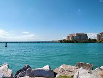 Spokojny morze w południe plaży zdjęcia stock