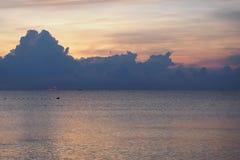 Spokojny morze z kolorami słońce w ranku, wschód słońca fotografia stock