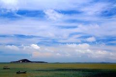 Spokojny niebieskie niebo i plaża zdjęcie royalty free