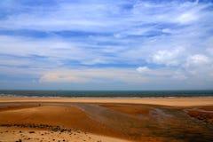 Spokojny niebieskie niebo i plaża obrazy stock