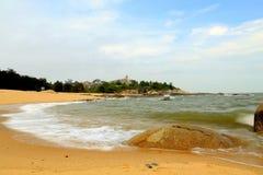 Spokojny niebieskie niebo i plaża obraz stock