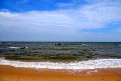 Spokojny niebieskie niebo i plaża obraz royalty free