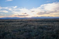 Spokojny obszar trawiasty z wzgórzami w odległości obraz stock
