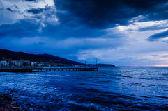 Spokojny ocean Przed burzą Z Podeszczowymi chmurami Zdjęcia Royalty Free