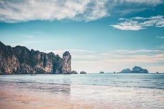 Spokojny ocean, wapień faleza, chmurny niebo Tajlandia zdjęcie stock