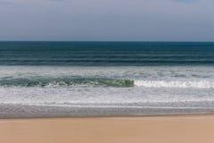 Spokojny panoramiczny nadmorski z plażą Pokojowy oceanu krajobraz obrazy royalty free