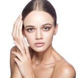 Spokojny piękno Portret piękna młoda blondynki kobieta z nagim makeup, niebieskie oczy, fryzura i czyści twarz obrazy royalty free