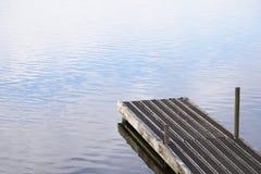 Spokojny pokojowy wodny jetty molo przy jeziorem zdjęcia royalty free