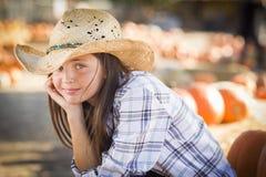 Spokojny Preteen dziewczyny portret przy Dyniową łatą Zdjęcia Royalty Free