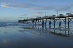 Spokojny ranek przy zmierzch plaży molem Obrazy Royalty Free