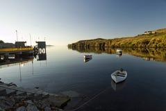 Spokojny ranek w Tarbert schronieniu, wyspa Harris, Zewnętrzny Hebrides, Szkocja obrazy stock
