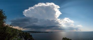 Spokojny tropikalny morze pod ciemnienie burzy burzy chmurami obrazy royalty free