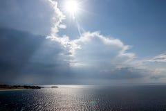 Spokojny tropikalny morze pod ciemnienie burzy burzy chmurami obrazy stock