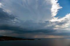 Spokojny tropikalny morze pod ciemnienie burzy burzy chmurami obraz stock