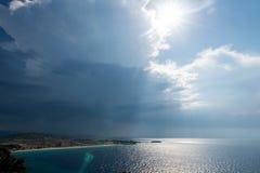 Spokojny tropikalny morze pod ciemnienie burzy chmurami obraz stock