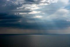 Spokojny tropikalny morze pod ciemnienie burzy chmurami zdjęcia stock