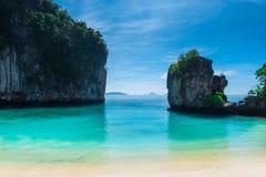 spokojny turkusowy morze między stromych falez pięknym seascape Obrazy Stock
