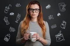 Spokojny uczeń trzyma filiżankę i pije kawę w ranku fotografia royalty free