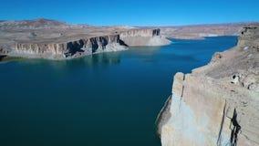 Spokojny wielki błękitny halny jeziora i pustyni teren zbiory