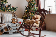 Spokojny wizerunek wewnętrzny nowożytny domowy żywy pokój dekorująca choinka i prezenty, kanapa, zgłasza zakrywa z koc Fotografia Stock