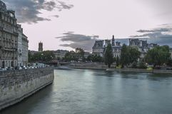 Spokojny wodny spływanie przez Paryż Fotografia Stock