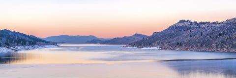 Spokojny zima półmrok nad halnym jeziorem obrazy royalty free
