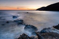 Spokojny zmierzch, Portwrinkle, Whitsand zatoka, Cornwall obrazy stock