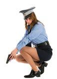 Spola della signora che propone con la pistola su priorità bassa bianca immagine stock