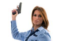 Spola della signora che propone con la pistola su priorità bassa bianca Immagini Stock