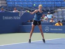 Den storslagna Slammästare Victoria Azarenka övar för US öppnar på tennis Cente för den Billie Jean konungmedborgare Arkivfoton