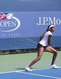 Sju tider som den storslagna Slammästare Venus Williams övar för US, öppnar på den Billie Jean konungmedborgare tennis centrerar Royaltyfri Foto