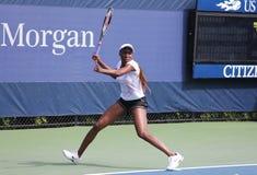Sju tider som den storslagna Slammästare Venus Williams övar för US, öppnar på den Billie Jean konungmedborgare tennis centrerar Royaltyfria Foton