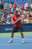 Sjuttontider som den storslagna Slammästare Roger Federer övar för US, öppnar på tennis Cente för den Billie Jean konungmedborgare Royaltyfri Foto