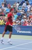 Sjuttontider som den storslagna Slammästare Roger Federer övar för US, öppnar på tennis Cente för den Billie Jean konungmedborgare Arkivfoton