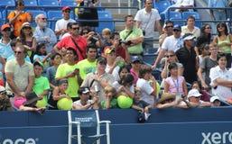 Tennis fläktar väntande autografer på den Billie Jean konungmedborgare som tennis centrerar Arkivbild