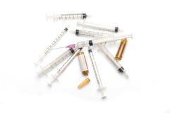 Spola ren med visaren, använda injektionssprutor, ljus - brun ampull Fotografering för Bildbyråer