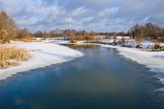 Spola ren på floden Arkivfoton