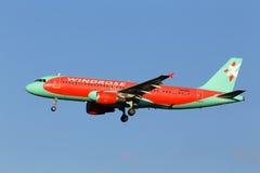 Spola Rose Aviation Airbus A320-200 flygplan på himmelbakgrunden Royaltyfri Foto