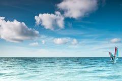 Spola surfaren på ett lugna hav på Nordsjön Arkivfoto