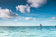 Spola surfaren på ett lugna hav på Nordsjön Arkivbild